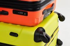黄色,橙色手提箱关闭  库存图片