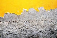 黄色,灰色毁坏了膏药在砖墙 难看的东西水泥, w 库存图片