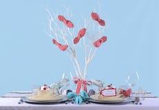 水色,红色和白色圣诞节桌设置 库存照片