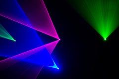 绿色,红色和蓝色激光束 免版税库存图片