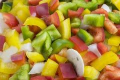 绿色,红色,黄色胡椒、切成小方块的葱和蘑菇 免版税库存照片