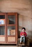 巴色,老挝, 8月14日:未认出的老挝小男孩开会 免版税图库摄影
