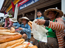 巴色,老挝- 8月12 :一个市场的看法在巴色市是 免版税图库摄影