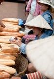 巴色,老挝- 8月12 :一个市场的看法在巴色市是 免版税库存照片