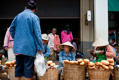 巴色,老挝- 8月12 :一个市场的看法在巴色市是 库存照片