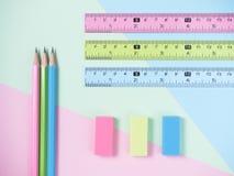 绿色,蓝色,桃红色橡皮擦和橡皮擦和铅笔 免版税库存图片