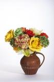 黄色,绿色和橙色玫瑰和Hydrangia在布朗水罐 免版税库存照片