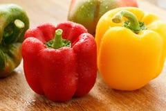 绿色,黄色和红色甜椒用水投下特写镜头 免版税库存照片