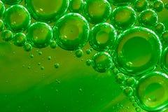 绿色水、空气和油为一个起泡的作用混合了 免版税库存照片