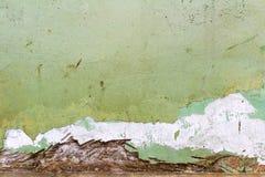 绿色绘了与损坏的和被抓的表面的混凝土墙纹理 抽象背景 免版税库存照片