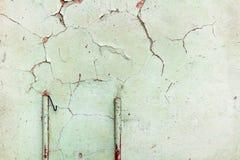 绿色绘了与损坏的和被抓的表面的混凝土墙纹理 抽象背景 库存照片