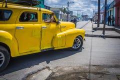 黄色经典美国汽车在古巴 库存图片