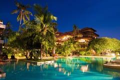 绿色水和椰子树 库存照片
