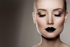 黑色嘴唇 微笑对巫婆妇女的黑发万圣节长的查找构成南瓜性感的射击 有黑暗的l的豪华美丽的妇女 库存图片
