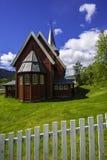 绿色围场的红色教会 免版税库存照片