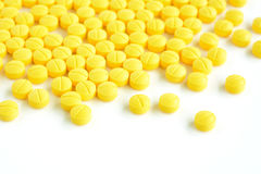 黄色医学片剂& x28; 或者pills& x29;在白色背景 库存图片