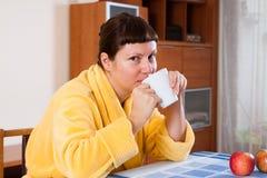 黄色浴巾的妇女 免版税库存图片