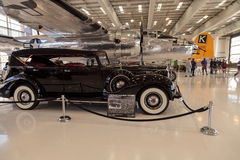 黑色1939年帕卡德模型1708体育敞蓬旅游车 库存照片