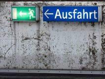 绿色紧急出口标志 库存图片