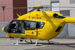 黄色紧急直升机,医疗救援队 免版税图库摄影