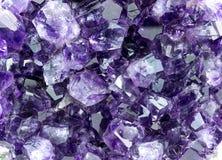 紫色紫晶背景宏观纹理  免版税库存图片