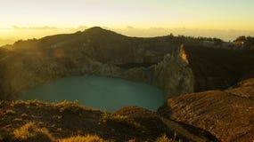 绿色绿松石的高全景上色了克里穆图火山火山的湖 库存照片