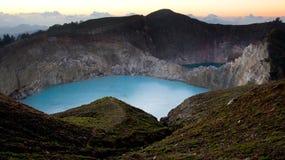 绿色绿松石的高全景早晨上色了克里穆图火山火山的湖在日出 库存照片