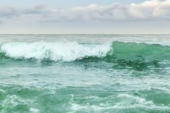 绿色绿松石风雨如磐的海波浪看法  库存照片