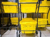 黄色购物车双层在商城的 库存照片