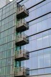 绿色玻璃办公室塔的玻璃阳台 免版税图库摄影