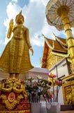 绿色玻璃在金黄登上的菩萨雕象, Wat Phra土井素贴,清迈,泰国 库存图片
