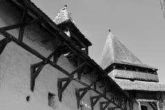 黑色&白色 被加强的中世纪教会在村庄Homorod,特兰西瓦尼亚 库存照片