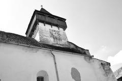 黑色&白色 被加强的中世纪教会在村庄Homorod,特兰西瓦尼亚 免版税库存图片