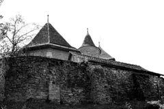 黑色&白色 被加强的中世纪教会在村庄Malancrav,特兰西瓦尼亚 免版税库存图片