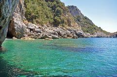 从绿色洞穴的看法狂放的海滩和绿宝石wat的 库存图片