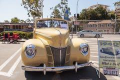 黄色1940年福特豪华敞篷车 库存照片
