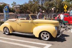 黄色1940年福特豪华敞篷车 免版税库存图片