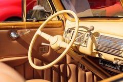 黄色1940年福特豪华敞篷车 图库摄影