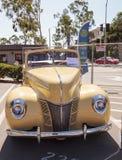黄色1940年福特豪华敞篷车 免版税库存照片