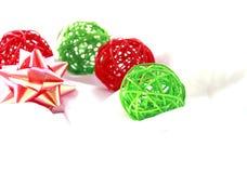 绿色&红色工艺圣诞节球 免版税库存图片