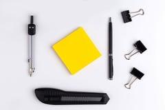黄色贴纸和文具 库存照片