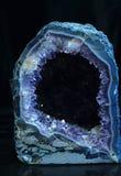 紫色-紫色石英geode 免版税库存照片