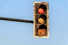 绿色黄色红色老红绿灯标志结合了自行车和ped 库存图片