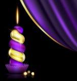 紫色黄色蜡烛和装饰 皇族释放例证