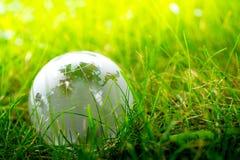 绿色& Eco环境,玻璃地球在庭院里 免版税库存照片
