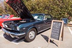 黑色1966年Ford Mustang 免版税库存照片