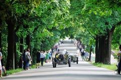 绿色Bugatti T40盛大体育,跟随由绿色阿斯顿・马丁 库存图片