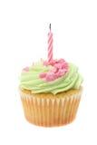 绿色buttercream冰了与一个生日蜡烛的杯形蛋糕 库存图片