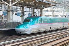 绿色E5系列子弹(高速)火车 库存图片