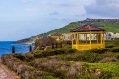 黄色Gazibo俯视的海在戈佐岛 免版税库存照片